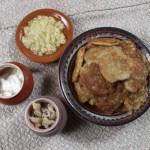 Деруни (драники, дранікі, терчаники). На 1,5 кг картоплі – 3 столові ложки пшеничного борошна, 0,5 скл. холодного молока, 2 цибулини, яйце, сіль, олія чи смалець для смаження. Обчищену картоплю труть на дрібній тертушці, злегка відтискають через марлю чи рідке полотно, додають молоко (а у м'ясоїд - яйце), сіль, натерту цибулю, борошно і вимішують до однорідної маси. Смажать на олії чи смальці, як оладки, – з двох боків. Їдять гарячими зі шкварками, засмажкою з цибулі, сметаною, ряжанкою, смаженими грибами або розтертим з сіллю і заправленим олією часником