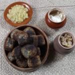 Коми картопляні з маком, смажені. На 1,5 кг картоплі – 4-5 столових ложок пшеничного борошна, 1,5 склянки тертого маку, сіль, олія для смаження. Картоплю варять у лушпайках, чистять, трохи охолоджують, пропускають через м'ясорубку, додають 3 ложки борошна, сіль і добре вимішують. Відрізаючи від тіста ложкою невеликі шматочки, виробляють кульки розміром з куряче яйце, викачують у борошні і рівномірно підсмажують з усіх боків. Подають гарячими з грибами чи грибною підливою, засмажкою з цибулі на олії, тертим з сіллю й олією часником, а у м'ясоїд – зі сметаною, шкварками, молоком