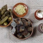 Холодними коми їдять до гарячих страв, а також з капустою, огірками, моченими яблуками