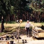 Микола Токаренко з гончарними виробами. Царівка, Житомирщина, 1998. Фото Ігоря Пошивайла