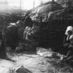 Тарас Вінцюк з родиною біля гончарного горну. Кульчин, Волинь. Фото Ірини Артушевської-Савко