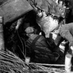 Тарас Вінцюк і Володимир Ковальчук лаштують гончарні вироби до випалу. Кульчин, Волинь. Фото Ірини Артушевської-Савко