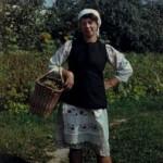 Молодиця з кошиком, с. Полошки Глухівського р-ну Сумської обл. Слайд М.Селівачова, 1985