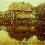 Водяний млин з трьома колесами на річці Ворсклі на околиці Охтирки. Фото 1910 р.