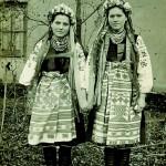Молода з старшою дружкою. с. Ручки
