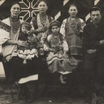 Родина Аксентія та Марти Плаксіїв з села Маньківки Бершадського р-ну. Фото 1928 р.