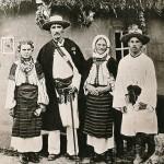 Родина з села Добровляни Заліщанського повіту на Львівщині. Фото 1887 р. з архіву В.Шухевича